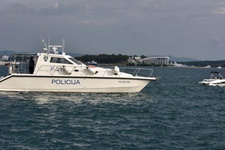 Na brodu preminuo muškarac, četiri osobe u teškom stanju, među njima dvoje djece. SUMNJA SE NA TROVANJE ŠKOLJKAMA